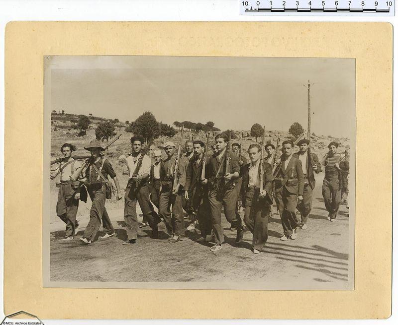 Grupo de milicianos marchando al frente