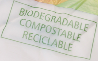 Bolsa de plástico que dice ser biodegradable, compostable y reciclable.