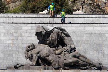 Desmontaje de La Piedad, en el Valle de los Caídos