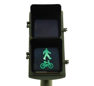 Semáforo en una intersección del anillo ciclista de Madrid.