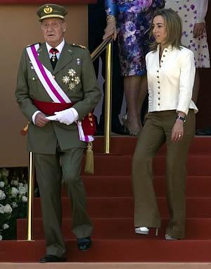 La ministra de Defensa, Carme Chacón, junto al rey Don Juan Carlos