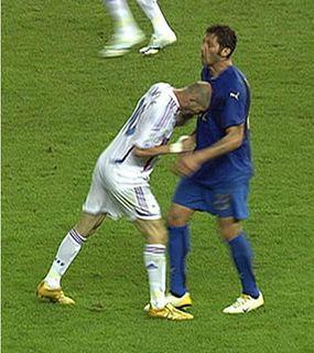 El ex internacional francés Zidane da un cabezazo al italiano Materazzi