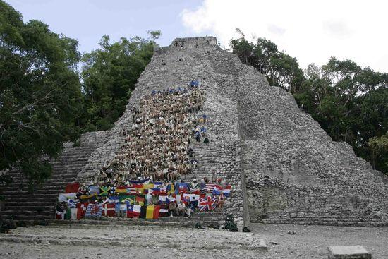 Expedición Ruta Quetzal BBVA en pirámide maya de Cobá