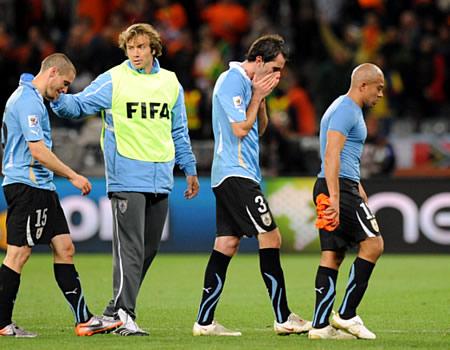 Varios jugadores de Uruguay se lamentan de la derrota ante Holanda (Foto: AFP)