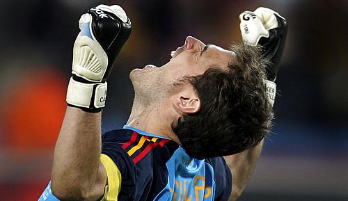 El portero de la selección, Íker Casillas, celebra el triunfo ante Holanda (Foto: Alejandro Ruesga)