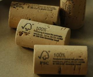 Tapones de corcho con el sello FSC.