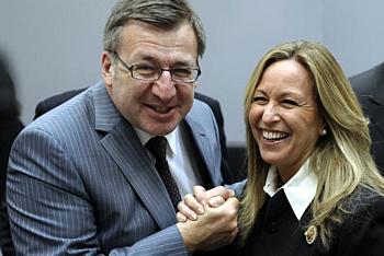 La ministra española de Exteriores, Trinidad Jiménez, bromea con su homólogo belga, Steven Venackere. en Luxemburgo (Foto: EFE)