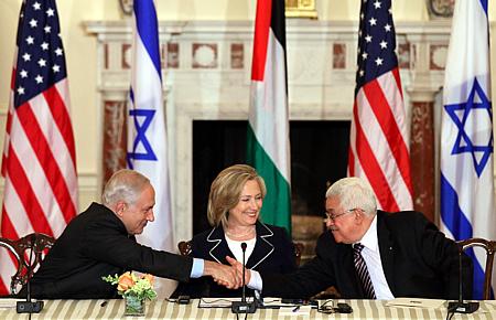 Netanyahu y Abbas durante las últimas negociaciones en Washington, en febrero de 2010 (Foto: FP)
