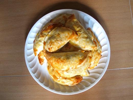 Empanadillas de carne, huevo y pepinillo