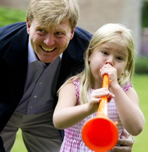 Guillermo de Holanda y su hija Amalia (Foto: AFP)