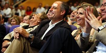 Francisco Camps y Rita Barberá ríen en el aniversario de su victoria electoral en Valencia