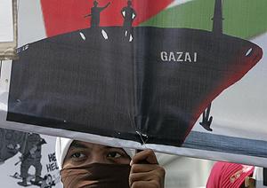 Un manifestante protesta por el ataque a la flotilla en Gaza