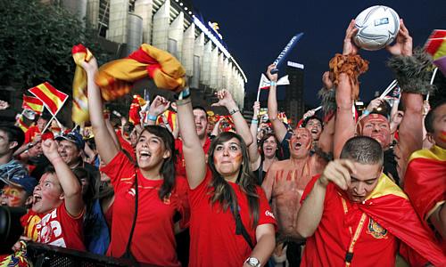 Hinchas españoles celebran en la explanada del Bernabéu el triunfo del equipo ante Portugal (Foto: EFE)