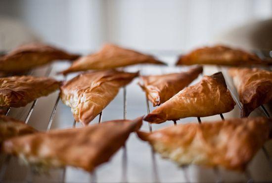 Triangulos pasta filo feta guindilla