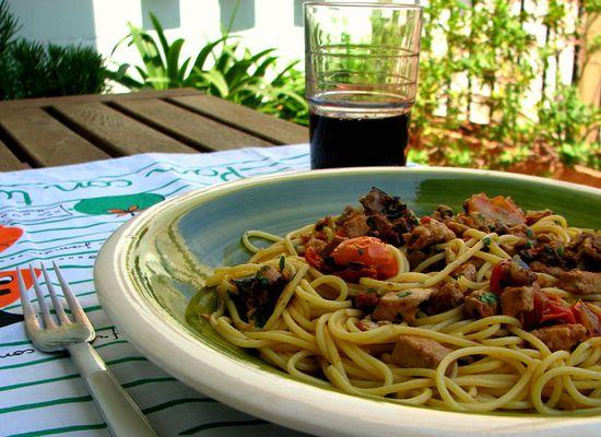 Espaguetis pez espada berenjena tomatitos