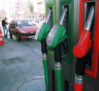 Surtidores de una gasolinera (El País).