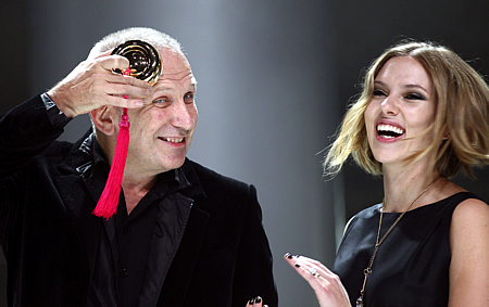 Jean Paul Gaultier y Scarlett Johansson (Reuters)