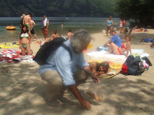 El periodista Javier Martín recoge colillas en el lago de Sanabria en 2007
