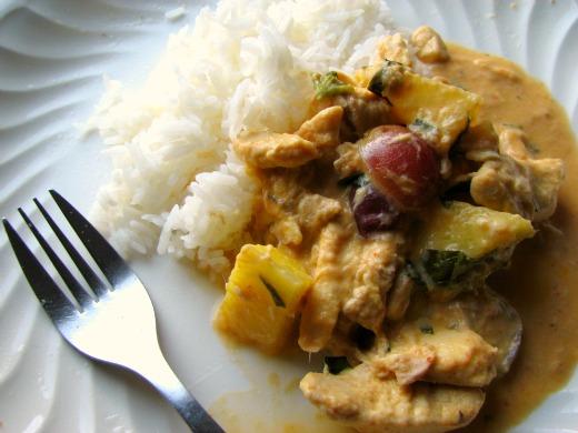 Curry rojo pollo pina uvas