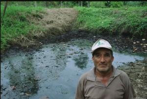 Uno de los muchos vertederos abiertos por Texaco en la Amazonía. Foto de Coco Laso/Oxfam America