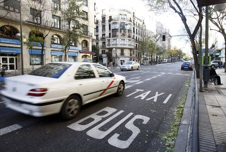 Taxi circulando por Madrid / Claudio Álvarez