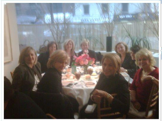 Arianna Huffington y Tina Brown, al fondo, en un acomida de San Valentín junto a grandes figuras del periodismo estadounidense