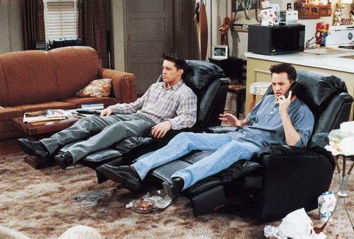 Joey y Chandler practicando sillón-ball. Friends. WB