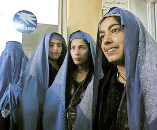 Un grupo de mujeres afganas busca empleo en la aerolínea Ariana. / EPA.