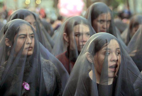 Marcha de mujeres con velos de luto en México DF en 2002, con motivo del Día Internacional Contra la Violencia Hacia las Mujeres. ALFREDO ESTRELLA (AFP)