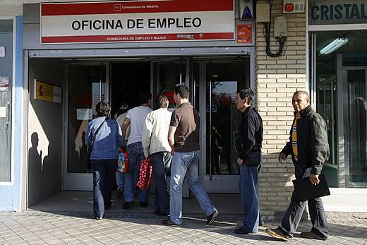 Cola de desempleados ante una oficina del Inem