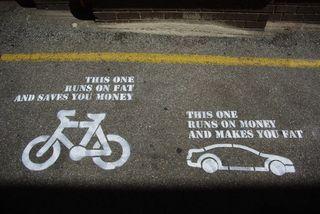 Bicicleta auto gasolina engordar gastar dibujo calle graffiti