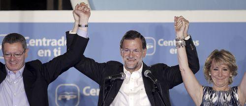 Gallardón, Rajoy y Aguirre celebran la victoria del PP en la calle Génova /Foto:EFE