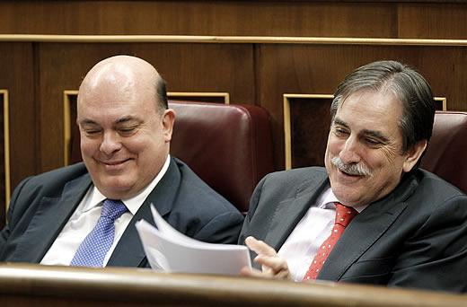 El ministro de Trabajo Valeriano Gómez ( d bromea con el diputado del PNV Emilio Olabarría durante la sesión de control al Ejecutivo en el Pleno del Congreso EFE/ Angel Díaz