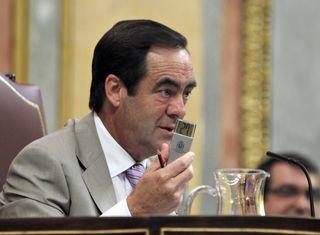 José Bono esgrime un termómetro. EFE