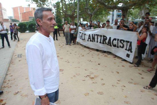 Anglada_frente_manifestantes_antirracistas