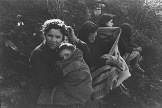 Mujeres y niños evacuados en Teruel