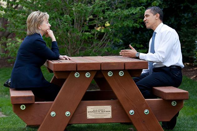 Clinton y Obama charlan en los jardines de la Casa Blanca