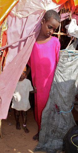 Dos de los hijos de supervivientes de Iman Abdi Nuno. La niña ha perdido la vista (Foto: J.M.C.)