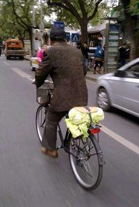 Un vecino transporta repollos en bicicleta en Pekín en noviembre de 2011 (J.R.)
