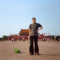 El artista chino Han Bing pasea un repollo en la plaza Tiananmen, en Pekín, en 2001 (Estudio Han Bing)