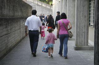 Padres y alumnos en el exterior del colegio público de Vite, en Santiago de Compostela. © Anxo