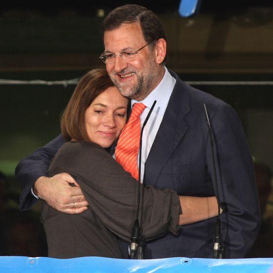 Elvira Fernández se abraza a Mariano Rajoy la noche de la derrota electoral de 2008.