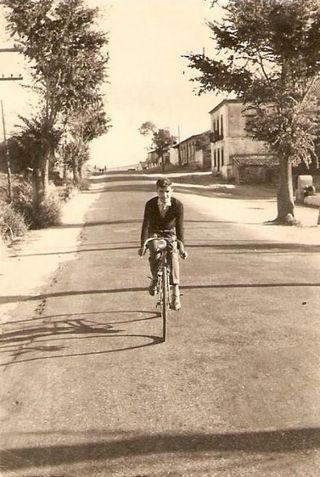 Bici en el pueblo 1962. Autor: Anónimo