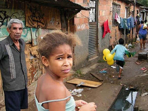 Size_590_favela-mare-esgoto