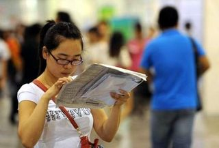 Una mujer china busca empleo en una feria de ofertas de trabajo en Hefei, capital de la provincia de Anhui (AFP)