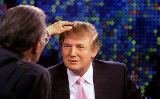 Larry King comprueba si Donald Trump lleva laca