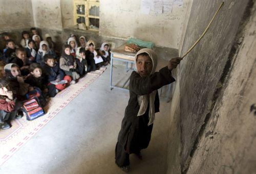 Una niña señala la pizarra en una escuela de Ishkashim, al noreste de Afganistán, en 2008. / AHMAD MASOOD (Reuters)