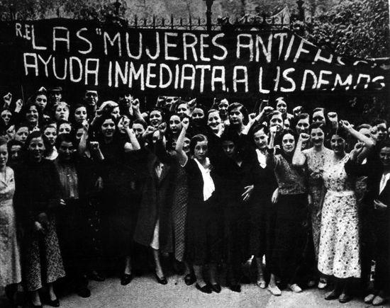 Mujeres antifascistas durante una manifestación en Madrid en la Guerra Civil