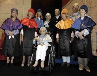 "Las cuatro doctoras 'honoris causa"" con sus padrinos. / Esteban Cobo / Efe"