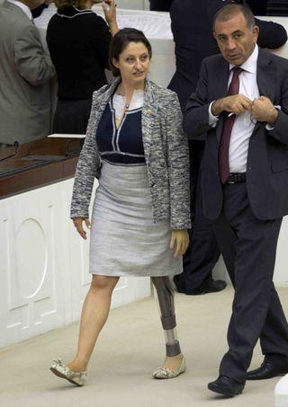 La diputada Safak Pavey en el Parlamento de Ankara. Burhan Ozbilici /AP
